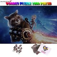 MOMEMO Roket Rakun ve Groot Yetişkinler için 1000 Adet Bulmaca Film Desen Ahşap Yapboz Bulmacalar Özelleştirilmiş 1000 Adet Bulmaca Oyuncaklar