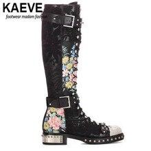 Kaeve с перекрестной шнуровкой мотоботы для Для женщин с заклепками украшения из металла пряжки с цветочным принтом Пояса из натуральной кожи сапоги до колена