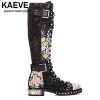 Kaeve с перекрестной шнуровкой мотоботы для Для женщин с заклепками украшения из металла пряжки с цветочным принтом Пояса из натуральной кожи