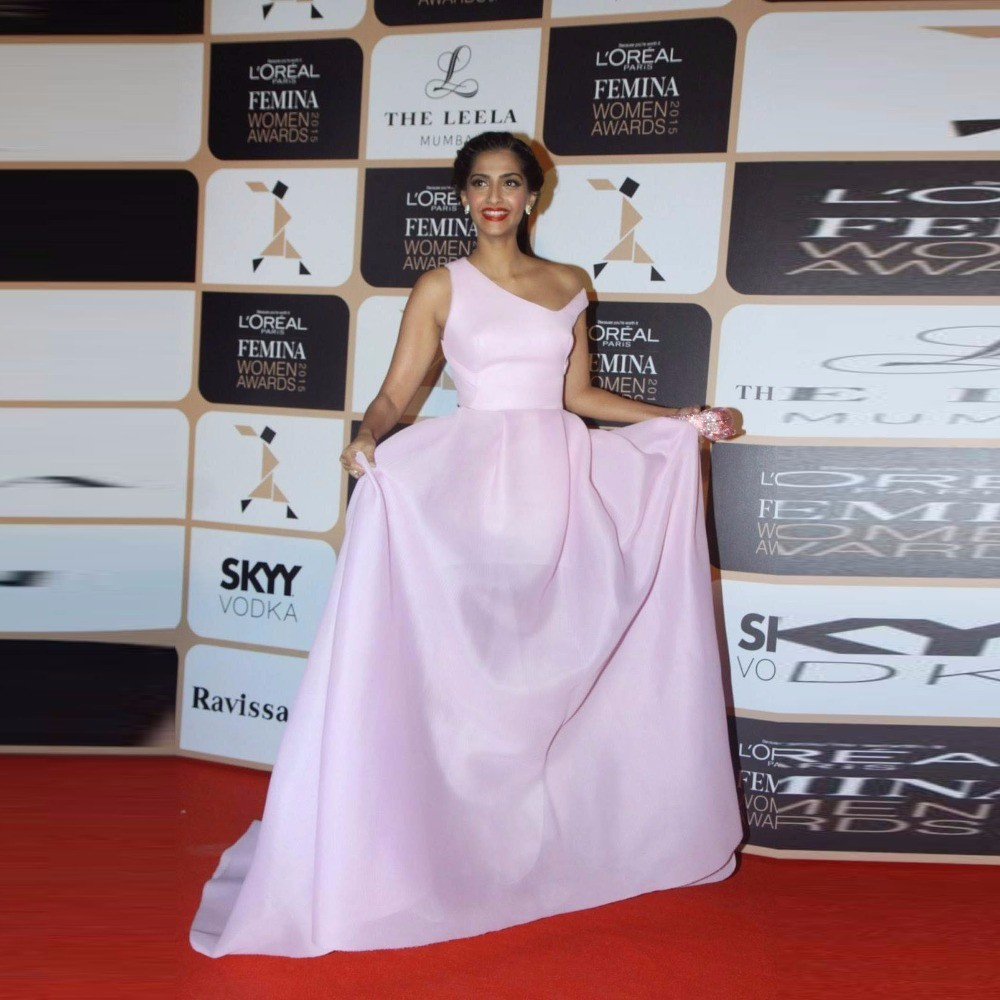 Baby-Pink-Sonam-Kapoor-Long-Gowns-At-Bollywood-Actress-Attended-He-Femina-Beauty-Awards-2016-Special (1)