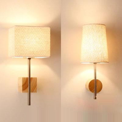 Schmale lange Wandleuchte mit LED Birne und Holzgestell