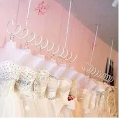 Spring condole hang clothing display shelf on the wall side is hanging clothes rack Black and white spiral hanging shelf