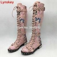Розовый белый черный сапоги до колена Женщина Металл Круглый Носок Цветок заклепки на шнуровке ботинки martin Для женщин ботинки с высоким гол