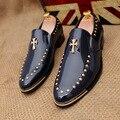 2016 Otoño Nuevos hombres del Estilo de Roma Zapatos de Cuero Remaches Puntiagudos Hombres de Deslizamiento en Los Zapatos de punta Moda Oxford de Charol Rojo zapatos