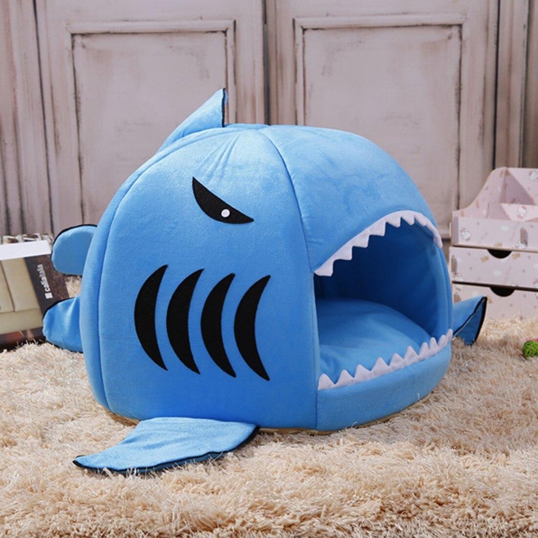 Blauw haaienbedje mand zijkant voor de kat