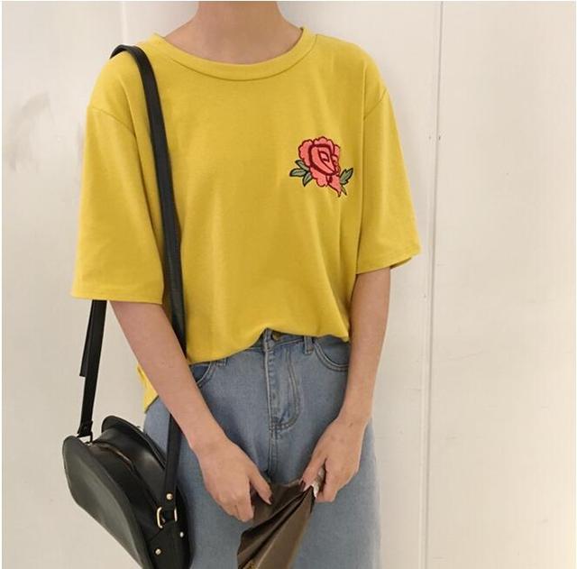 La primavera y el verano retro girl loose rose bordado cuello redondo salvaje conjuntos de Harajuku corto manga de la camisa femenina