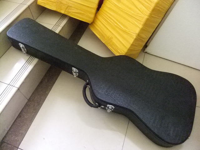 BLACK Hardcase For Bass Guitar Not sell separately ,Sale with bass guitar together! hardcase for jazz guitar not sold separately