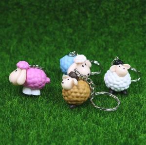 Image 2 - Owce brelok etui samochód brelok do kluczy Cute zwierząt wisiorek rysunek brelok prezent urodzinowy 4 kolory Mix 24 sztuk/partia hurtownie wysokiej jakości