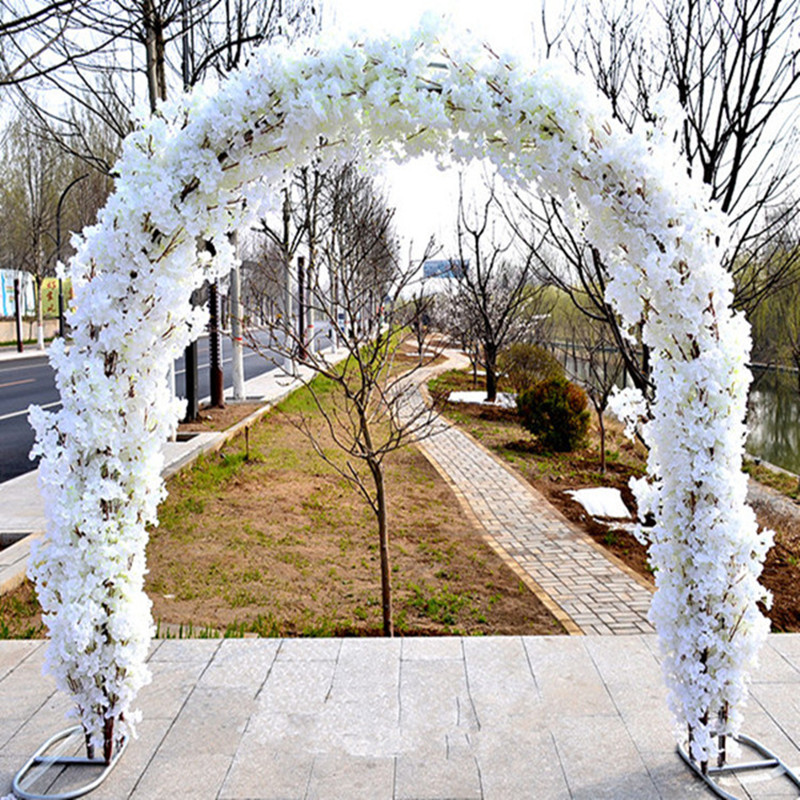 Centre commercial de fleurs de mariage ouvrant des Arches de cerisier définit des fournitures de décoration d'événement (étagère en arc + fleurs de cerisier) livraison gratuite