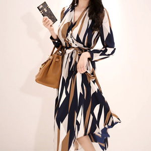 Image 5 - H Han Queen Sexy rayé imprimé robe femmes 2018 automne Style coréen col en v nœud pansement robes lâches Vintage longue balançoire robes