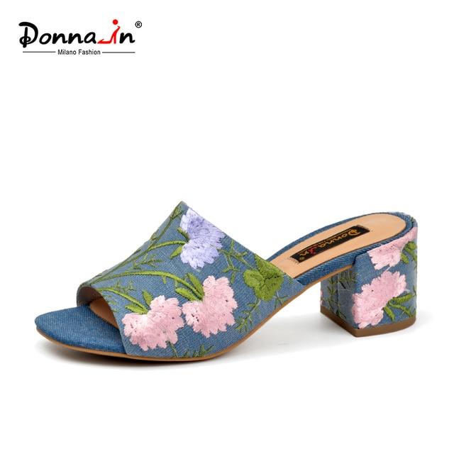 Donna-в 2017 мода ручной вышитый цветок сандалии джинсовой пляжные сандалии квадратным открытым носком толстый каблук тапочки Дамская обувь