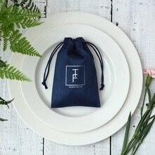 50 подарочных сумок для ювелирных изделий, темно синие фланелевые бархатные сумочки на шнурке, Свадебная Упаковка, сумочки для косметики с принтом и логотипом на заказ
