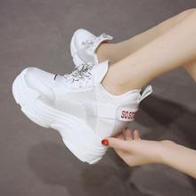 Летние женские кроссовки из сетчатого материала; повседневные кроссовки на платформе; белые туфли на танкетке 12 см; дышащая женская обувь, увеличивающая рост