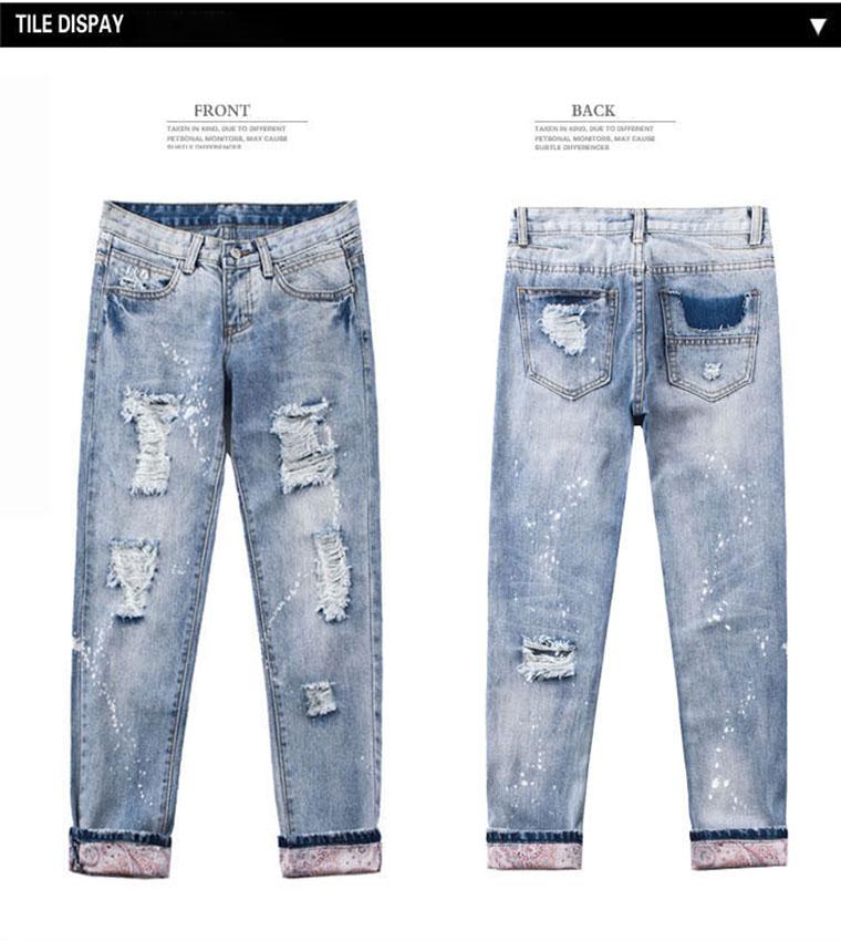 Helesinised rebitud teksad värvipritsmetega