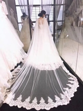 Jedna warstwa koronkowa suknia ślubna katedra długość peleryna ślubna podzielona na górę w białej kości słoniowej