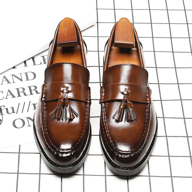 Breathable Brown / Black Korean Version of The New Fashion Pointed Toe England Loafers Mens Business Dress Shoes With Tassel