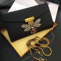 Deri zarf çanta Inci dekorasyon mini çanta Liçi desen omuz çantası Benzersiz arı metal çanta