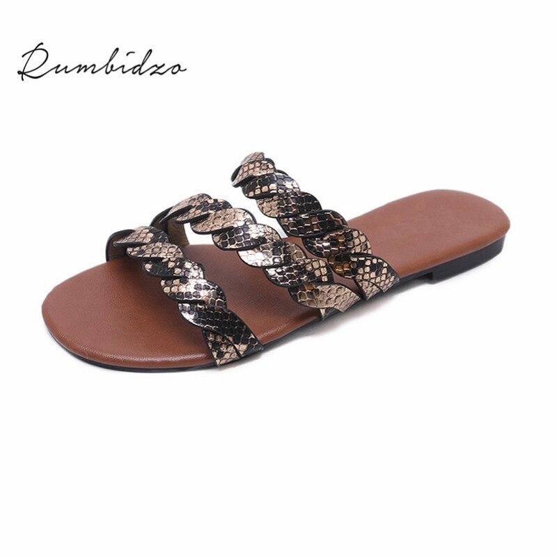 Rumbidzo Для женщин тапочки 2018 Мода со змеиным принтом Вязание плоские каблуки слайды открытый летние пляжные сандалии Sapatos