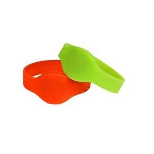 Image 1 - 50 pçs/lote Laranja Pulseira Rfid Tag UHF RFID Pulseira de Silicone À Prova D Água com Alienígena H3 Chips Para A Natação Pobre Controle de Acesso