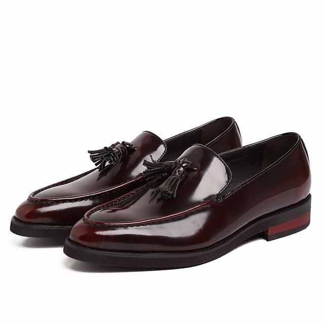 diseño de calidad 58ca5 f0288 € 80.86 25% de DESCUENTO|Moda negro/rojo de vino/azul mocasines Mens  Zapatos de vestir de charol negocios zapatos de la boda masculinos con  borla en ...