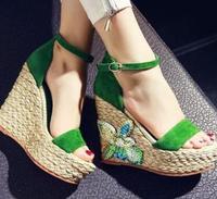 Yeni Tasarım Kadınlar Yaz Etnik Tarzı El Yapımı Seksi Yeşil Sandalet Takozlar Platformu Çiçek Dekorasyon Ayakkabı