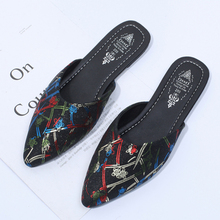 купить Plus Size 41 Brand 2019 Women Mules Pointed Toe Low Heel Mules Shoes Woman Casual Print flower Flat Shoes Slip On Summer Shoes по цене 922.63 рублей