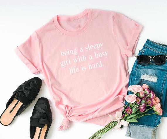 Sugarbaby Essendo un sleepy ragazza con una vita piena di impegni è dura Divertente t shirt Donne Graphic Magliette per Adolescenti Vestiti regalo divertente Tumblr Magliette E Camicette