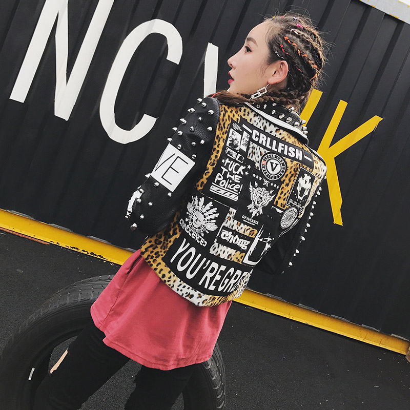 TREND Setter 2017 Herfst Mode Klinknagel Lederen Jas Voor Vrouwen Punk Stijl Luipaard Letters Printing Rock Motorfiets Streetwear-in Eenvoudige Jassen van Dames Kleding op  Groep 2
