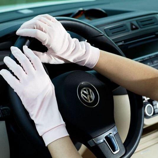 черные шелковые перчатки