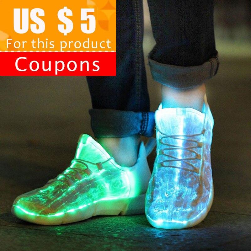 As sapatilhas luminosas de kritiv que brilham a tela da fibra ótica iluminam acima sapatas para sapatas conduzidas brancas das sapatilhas das crianças que piscam com luz