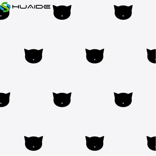Nero pelliccia sintetica gatto tuta con bianchi addominale.