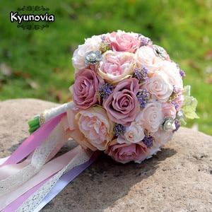 Image 1 - Kyunovia セット結婚式のブーケブートニエールと手首の花のコサージュのブローチブーケ花嫁介添人ブライダルブーケ結婚式デコ D81