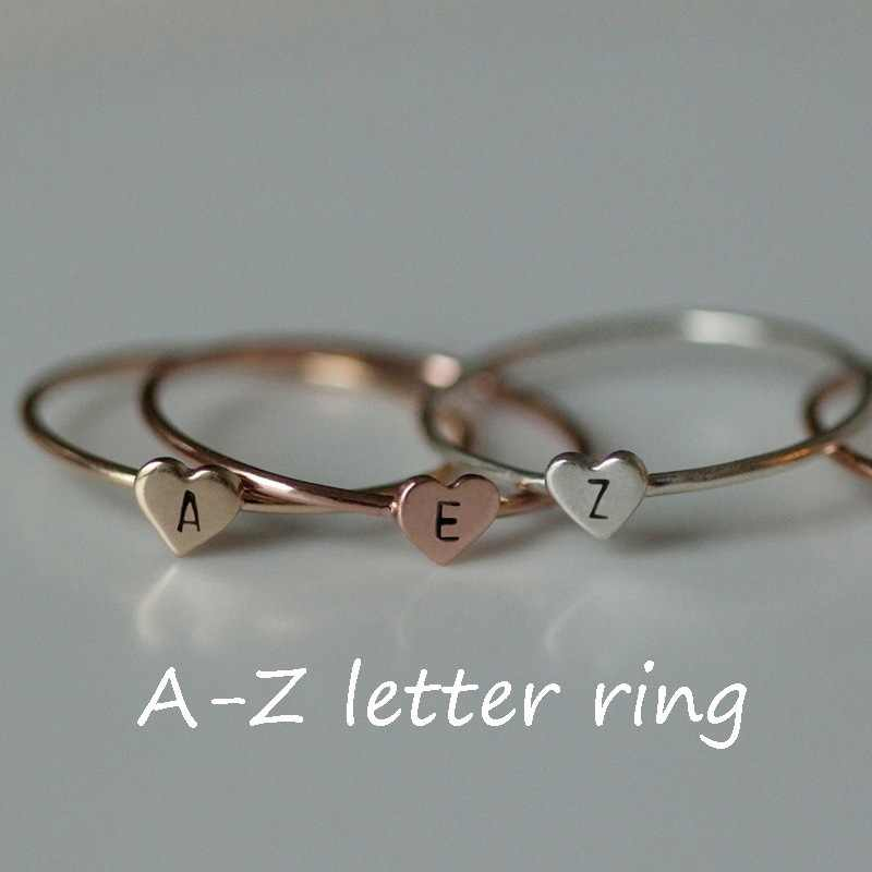 Personalizado estampado a mano apilamiento A-Z 26 letras inicial pequeños anillos de corazón para mujeres anillos de dedo de Color oro joyería al por mayor