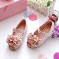 2016 Zapatos de Los Niños Sandalias de las muchachas zapatos de La Princesa con cuentas de flores de punta abierta vaca plana suela muscular niño danza cuero de la pu