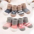 Venda quente elegante de 4 par bonito de quatro cores tipo padrão de pontos meias 100% algodão meias meias antiderrapantes adequado 0 - 3 ano recém-nascido