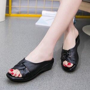 Image 5 - OUKAHUI sandales en cuir véritable à bout ouvert pour femmes, chaussures dété à enfiler à talon Med, à semelles compensées, collection 2020