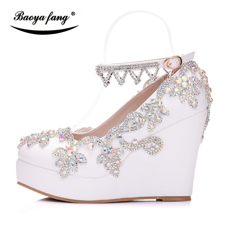 2018 ใหม่เจ้าสาวรองเท้าแต่งงานผู้หญิงเจ้าสาวรองเท้า Wedges heel รอบ Toe คริสตัลสีขาวรองเท้าผู้หญิงแพลตฟอร์มรองเท้า-ใน รองเท้าส้นสูงสตรี จาก รองเท้า บน   2