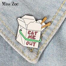 Caixa de comida rápida esmalte pino dos desenhos animados me comer broches botão distintivo presente para crianças amigos lapela pino jóias roupas jeans boné saco