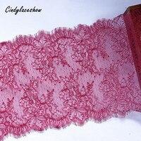 3 mètres 23 cm de large dentelle chantilly française blanc cassé dentelle brodée florale garniture avec bord de cils festonné des deux côtés rouge rose