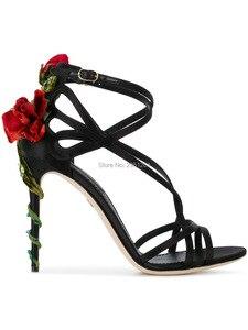 Женские босоножки на высоком каблуке с открытым носком и розами; Милые модельные туфли с ремешками