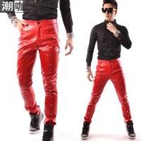 حار! الأزياء الذكور مرحلة المغني الأحمر برشام زخرفة الجلود السراويل السراويل السراويل الرجال الملابس زي