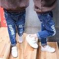 2017 новая мода детские джинсы 1-7 мальчиков и девочек отверстие наклейки печатными буквами дикие детские брюки горячие детские брюки
