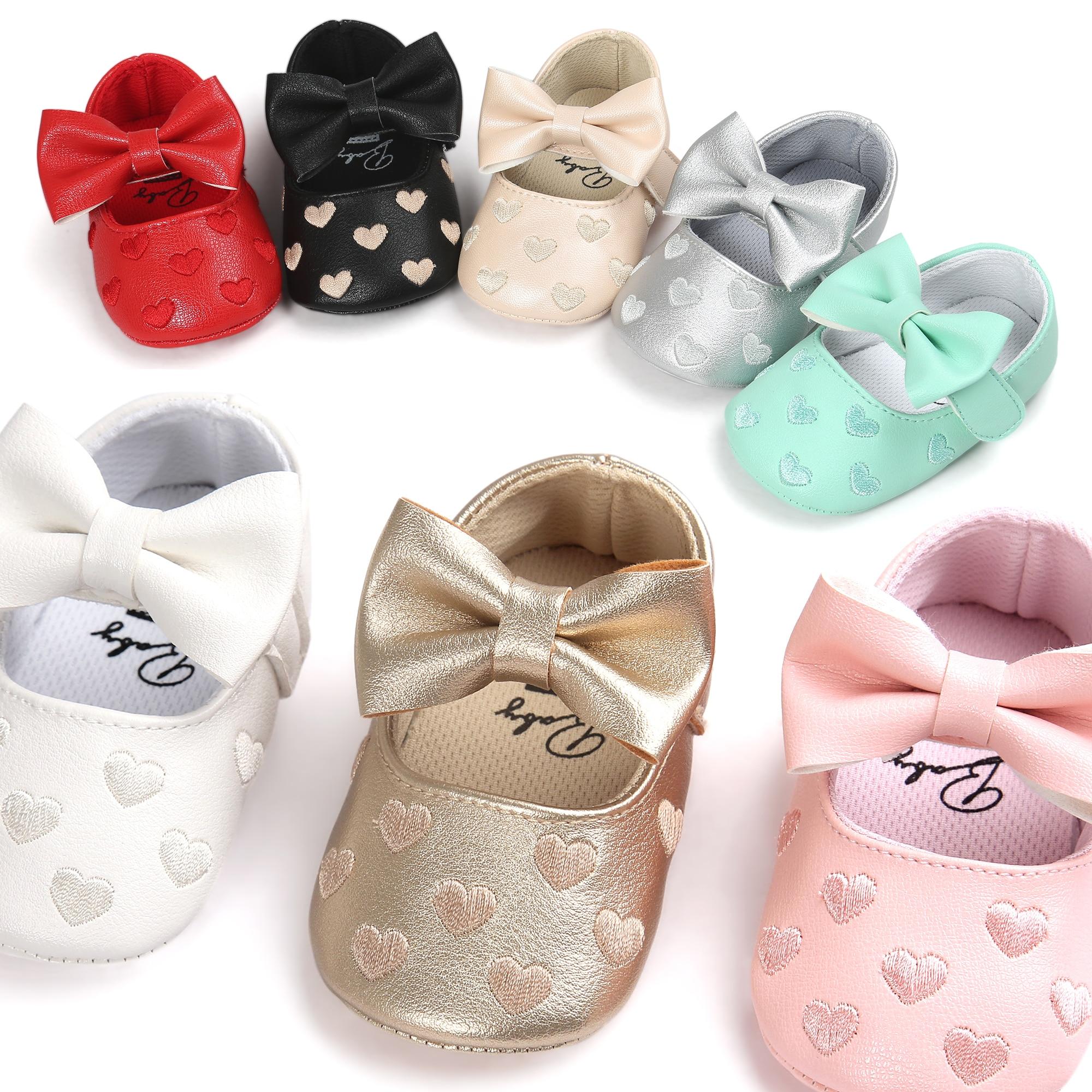 13e27e6029769 PU En Cuir En Forme de Coeur Bébé Chaussures Filles En Bas Âge Bébé  Mocassins Élastique Bande Papillon-noeud Printemps Automne Lit chaussures