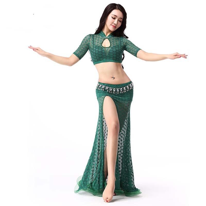 Сексуальная цыпочка танцует восточный танец