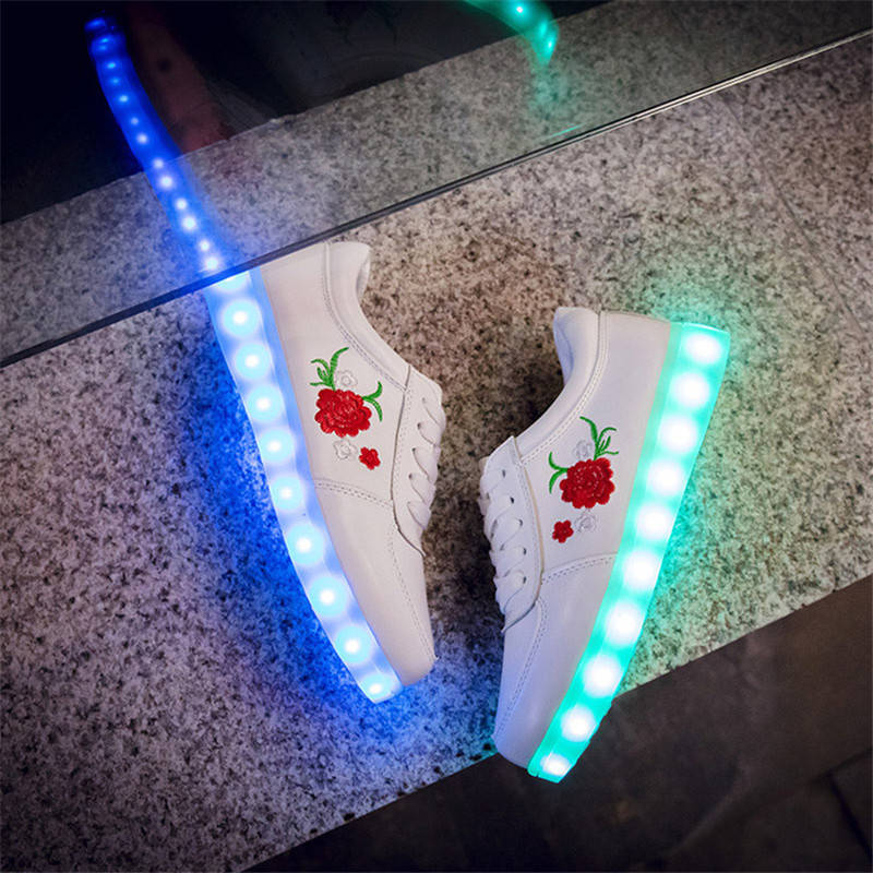 2019 New Kids Boys Tüdrukud USB laadija Led Light Shoes Hiina risti tikitud Rose Peony tennised lastele
