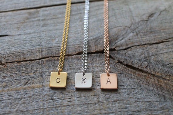 Barre personnalisée collier plaque nominative collier Initial cadeau de demoiselle d'honneur lettre personnalisée collier étiquette carrée