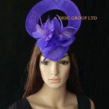 Синий фиолетовый головной убор Sinamay шляпа w/с перьями и цветами для Мельбурн чашка, Аскот, свадьба, Кентукки Дерби для посещения скачек, церкви