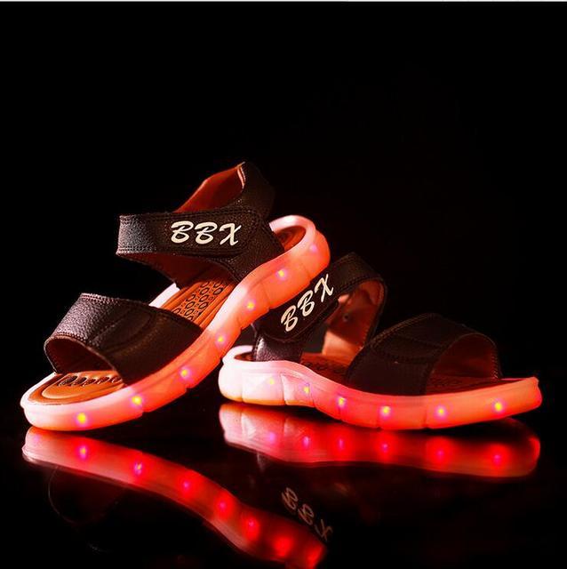 Novo 2016 LED moda Européia de recarga USB sandálias legais meninos meninas tamancos de verão Bonito do bebê sapatos de bebê sapatos casuais