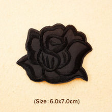 Black Rose (Dimensioni: 6.0x7.0 cm) Patch Ferro Sul Ricamate Patch Per Il Panno Del Fumetto Distintivo Dell'indumento Appliques Accessorio DIY Badge