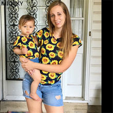 лучшая цена 2019 Mother and Daughter T-Shirt Summer Casual Sunflower Print t shirt Mom Daughter Top Clothes Family Matching Clothes C0138